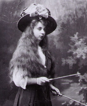 "1911 – Tamara is bored at school. She cleverly feigns illness, and thus succeeds in being taken out of school.Together with her grandmother, who's favorite she is and by whom she is spoiled, she travels to Italy, where she discovers her passionate love for art.image: Tamara, at thirteen, playing ""diabolo"". Monte Carlo, 1911"